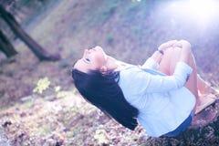 Foto de la bella arte de una mujer en bosque de la belleza Imagen de archivo