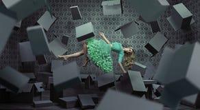 Foto de la bella arte de una mujer que eleva y mantiene flotando hermosa imagenes de archivo