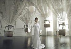 Foto de la bella arte de una señora joven de la moda en un interior elegante Imágenes de archivo libres de regalías
