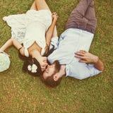 Foto de la boda de pares en una hierba foto de archivo libre de regalías