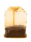 Foto de la bolsita de té usada sobre el fondo blanco Imagen de archivo