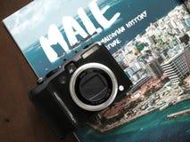 Foto de la cámara sobre el libro del viaje, Maldivas masculinos fotografía de archivo libre de regalías