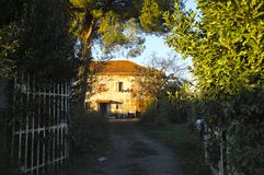foto de la casa oxidada en un prado Imagenes de archivo