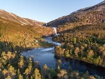 Foto de la cascada imponente rápida en el valle de Husedalen, Noruega Silueta del hombre de negocios Cowering Adultos jovenes imagenes de archivo