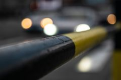 Foto de la cerca de la calle negro-amarilla imagen de archivo