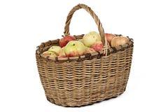 Foto de la cesta de mimbre con las manzanas Foto de archivo