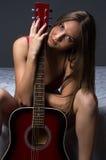 Foto de la chica joven con la guitarra Imágenes de archivo libres de regalías