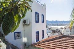 Foto de la ciudad vieja de Marmaris Tejados de casas con las paredes blancas y los obturadores azules o del ventana-travesaño en  Imagen de archivo