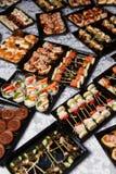 Foto de la comida fría con canapes fotografía de archivo libre de regalías