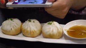 Foto de la comida Tomar las imágenes de bolas de masa hervida chinas en el teléfono móvil almacen de video