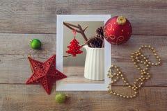 Foto de la decoración de la Navidad en la tabla de madera con los ornamentos Visión desde arriba Fotos de archivo