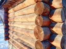 Foto de la dependencia de madera hermosa con el tejado debajo de la nieve Imagenes de archivo