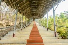 Foto de la escalera, en la pagoda determinada de Shwe Taw, Myanmar foto de archivo libre de regalías