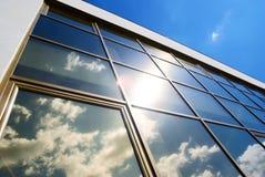 Foto de la fachada de cristal del edificio imagen de archivo libre de regalías
