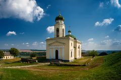 Foto de la iglesia antigua de Khotyn cerca del castillo en Ucrania en fotografía de archivo libre de regalías
