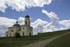 Foto de la iglesia antigua de Khotyn cerca del castillo en Ucrania en el tiempo del día en verano debajo de las nubes extremadame imagen de archivo libre de regalías