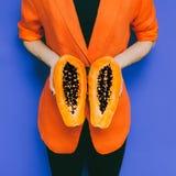 Foto de la manera Modelo con la fruta de la papaya foto de archivo libre de regalías