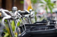 Foto de la mano de la bicicleta con el fondo borroso Imágenes de archivo libres de regalías