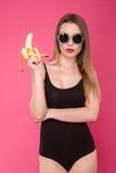 Foto de la moda de la muchacha atractiva con el plátano Foto de archivo libre de regalías