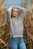 Foto de la moda del estilo del blog de la mujer rubia linda en campo de maíz en último otoño imagen de archivo libre de regalías