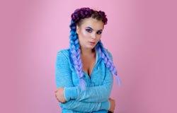 Foto de la moda del modelo femenino europeo magnífico con diseño del arte, maquillaje colorido y coletas Fuego de destello de los foto de archivo libre de regalías