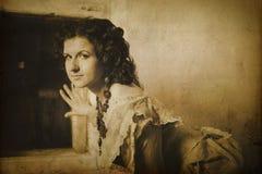 Foto de la morenita rizada en estilo retro con efecto de la sepia Imágenes de archivo libres de regalías