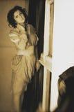 Foto de la morenita rizada en estilo retro con efecto de la sepia Imagenes de archivo