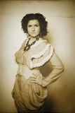 Foto de la morenita rizada en estilo retro con efecto de la sepia Fotos de archivo libres de regalías
