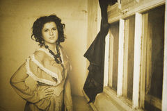 Foto de la morenita rizada en estilo retro con efecto de la sepia Fotografía de archivo libre de regalías