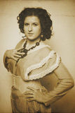 Foto de la morenita rizada en estilo retro con efecto de la sepia Imagen de archivo