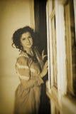 Foto de la morenita rizada en estilo retro con efecto de la sepia Fotos de archivo