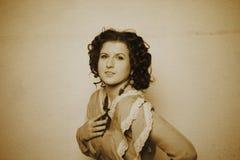Foto de la morenita rizada en estilo retro con efecto de la sepia Foto de archivo libre de regalías