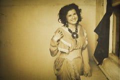 Foto de la morenita rizada en estilo retro con efecto de la sepia Imagen de archivo libre de regalías