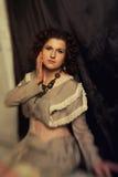 Foto de la morenita rizada en estilo retro con efecto de la sepia Fotografía de archivo