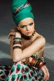 Foto de la muchacha con los accesorios grandes en estilo africano foto de archivo