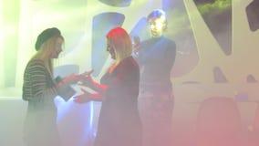 Foto de la muchacha en club nocturno almacen de video