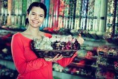 Foto de la muchacha en la tienda con las porciones de dulces Imagen de archivo
