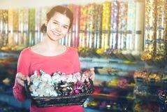 Foto de la muchacha en la tienda con las porciones de dulces Fotografía de archivo libre de regalías