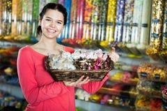 Foto de la muchacha en la tienda con las porciones de dulces Imagen de archivo libre de regalías