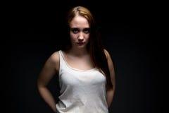 Foto de la muchacha rechoncha con las manos en bolsillos Fotografía de archivo
