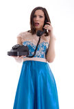 Foto de la muchacha sonriente con el teléfono del vintage Fotos de archivo libres de regalías