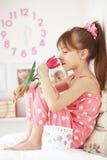Muchacha del niño con la flor de la primavera Fotografía de archivo libre de regalías