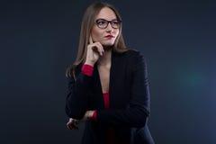 Foto de la mujer de pensamiento que mira lejos Imagen de archivo libre de regalías