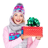Foto de la mujer feliz con un regalo en una prendas de vestir exteriores del invierno imágenes de archivo libres de regalías