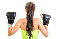 Foto de la mujer joven de detrás ingenio de los guantes de boxeo del negro de la demostración imágenes de archivo libres de regalías