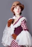Foto de la mujer joven hermosa en vestido del vintage con magnificar Fotografía de archivo libre de regalías