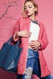 Foto de la mujer magnífica con el pelo rizado rubio en equipo de la primavera Foto de archivo