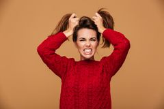 Foto de la mujer morena enojada que hace el peinado de dos colas de caballo, lo Imagen de archivo libre de regalías