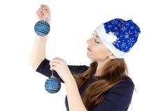 Foto de la mujer que adorna la pared con las bolas Fotografía de archivo libre de regalías