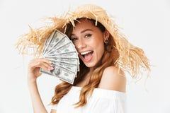 Foto de la mujer rica feliz 20s llevando disfrutar grande del sombrero de paja imagen de archivo libre de regalías